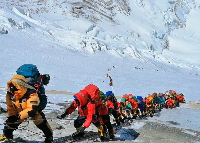 近期天气良好,吸引大量登山者试图登顶。