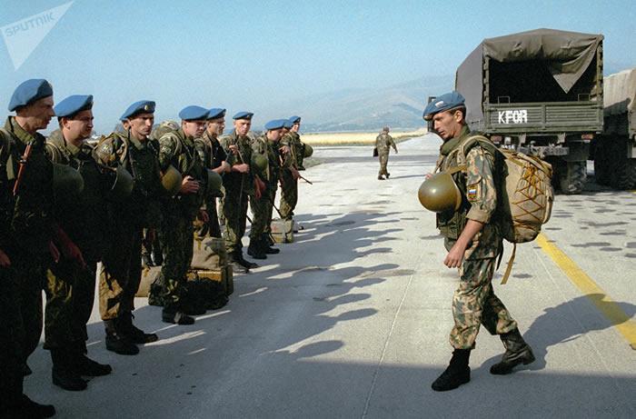 200人组成的混成营闪电般地进军斯拉蒂纳机场,以制止英国军人进入科索沃北部地区。车队行进速度是每小时80公里。该计划的起草者们明白,北约也许挑起反制动作。不排除