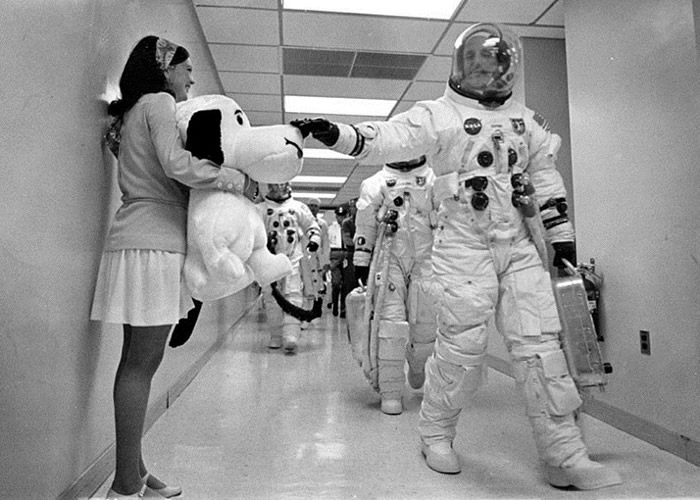 """太空人当年出发前,曾摸摸""""史努比""""卡通公仔祝愿好运。"""