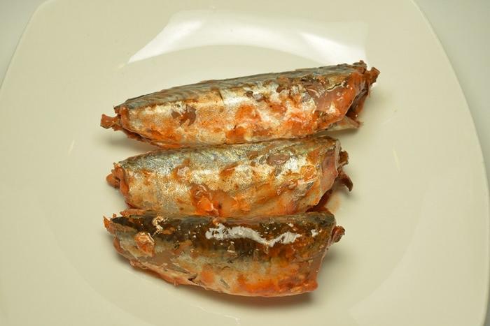沙丁鱼罐头里的装了小鲭鱼幼鱼。