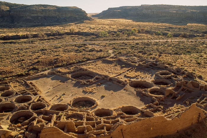 美国新墨西哥州这座被称作普韦布洛波尼托(Pueblo Bonito)的建筑遗址延伸出650间房间,公元1200年至800年间,它曾经位处查科峡谷(Chaco C