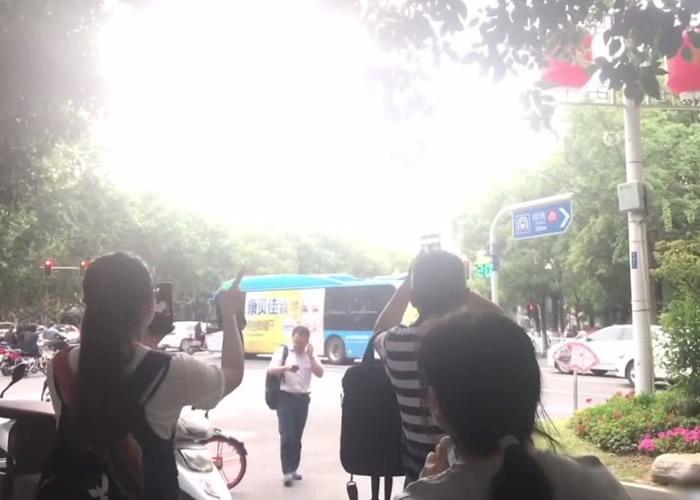 江苏省南京市宁海路与北京西路交界大树连接天空呈爱心形状