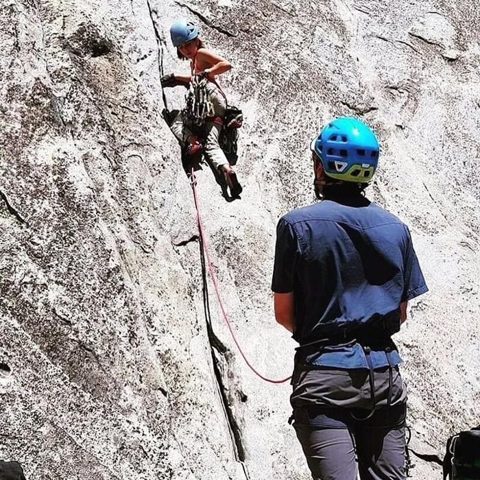 西拉(左)从小接受父亲施奈特(右)训练攀岩。