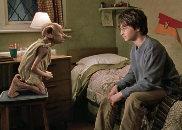 多比(左)与主角哈利成为朋友。