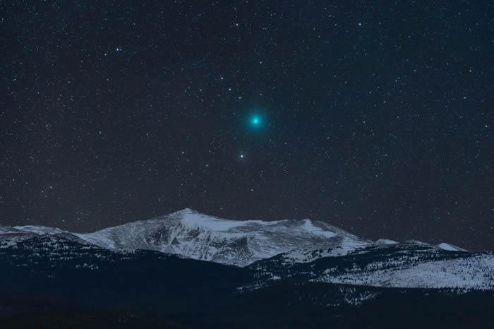 美国摄影师Kevin Palmer 的作品Comet and Mountain© 照片: KEVIN PALMER/INSIGHT ASTRONOMY