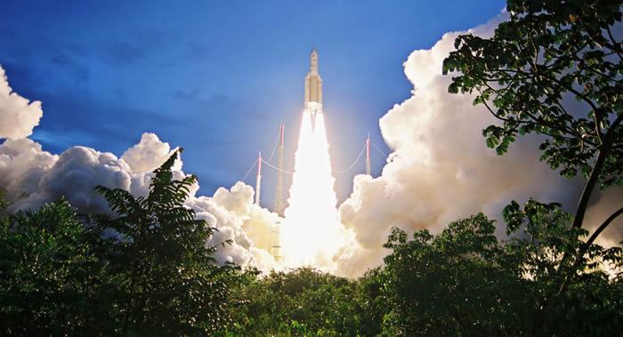 """载有T-16和Eutelsat 7-C卫星的""""阿丽亚娜5""""号运载火箭成功发射"""