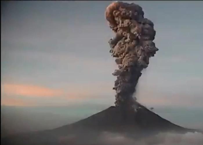 飞机乘客拍到墨西哥波波卡特佩特火山爆发