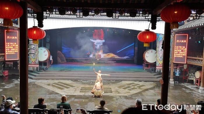 巫傩文化表演中的「烈火焚身」。(图/记者王致凯摄)