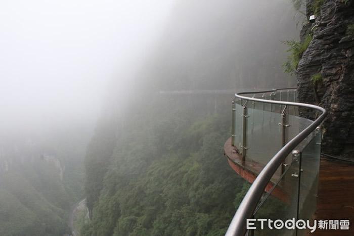 德夯峡谷矮寨栈道,距离谷底约500公尺,令人看了头皮发麻。(图/记者王致凯摄)