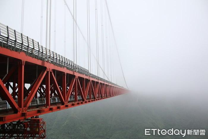 矮寨大桥深入云中,仿佛没有尽头。(图/记者王致凯摄)