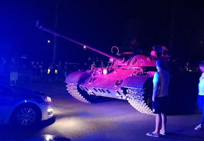 波兰帕中南部小镇帕延奇诺酒醉男子驾驶前苏联二战T-55坦克在市中心兜风