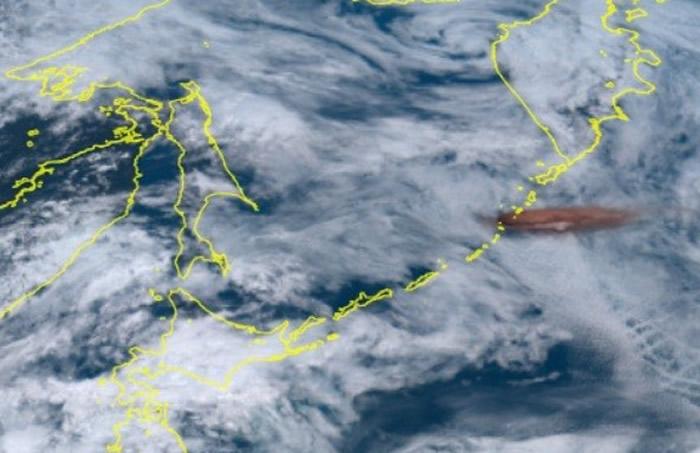 日本千岛群岛雷公计岛火山喷发烟雾冲上13000公尺 卫星图像清晰显现