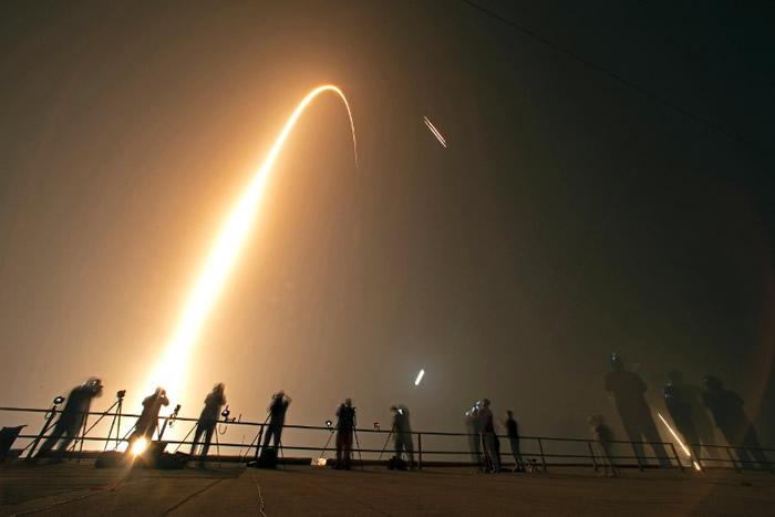 SpaceX猎鹰重型火箭首度夜间升空搭载24枚卫星上太空 中央推进器回收失败