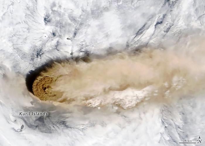 俄罗斯千岛群岛雷科克火山沉寂百年开始喷发 国际空间站宇航员拍下奇观