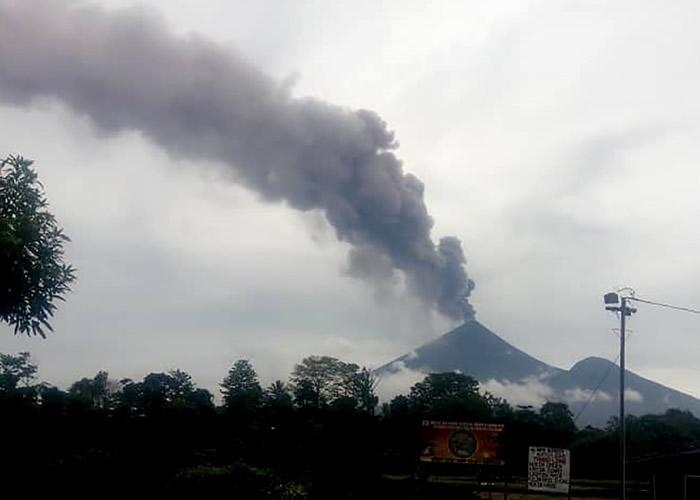 乌拉旺火山突然喷发。