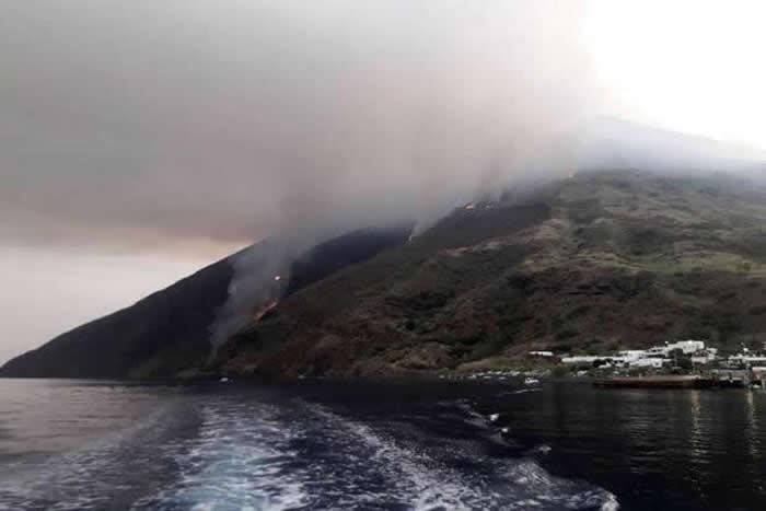 """意大利斯特龙伯利岛火山喷发 """"天降火雨""""造成一名登山客死亡"""