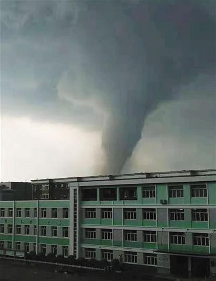 7月3日下午5点15分巨大龙卷风袭击辽宁省开原市