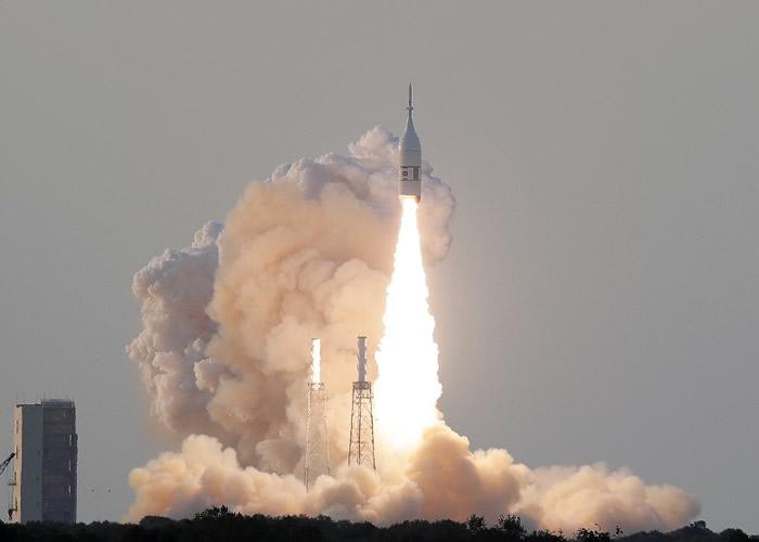火箭推进器发射升空。
