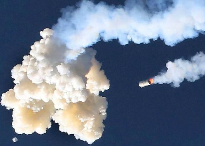 太空船从高空跌入大海。