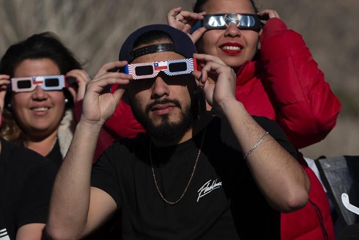 南美洲智利及阿根廷数万名游客及天文爱好者迎日全食