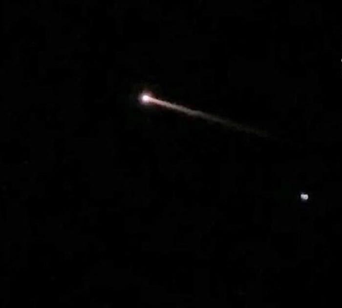 美国佛罗里达州夜空出现橙色火球不明飞行物体 惹外星人UFO入侵疑云