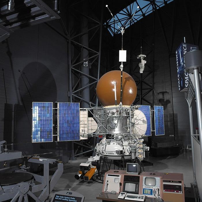 维加号登陆器的宇宙飞船主体和登陆装置的工程模型,位于维吉尼亚州的史蒂文史蒂文. 乌德沃尔哈齐中心(Steven F. Udvar-Hazy Center)。 该
