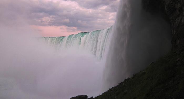 加拿大男子坠入尼亚加拉大瀑布后居然活了下来
