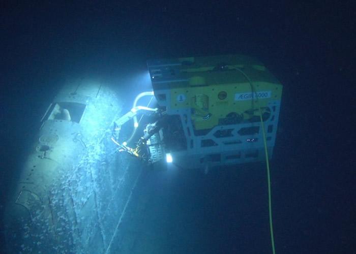 研究人员使用遥控深潜器考察核潜艇。