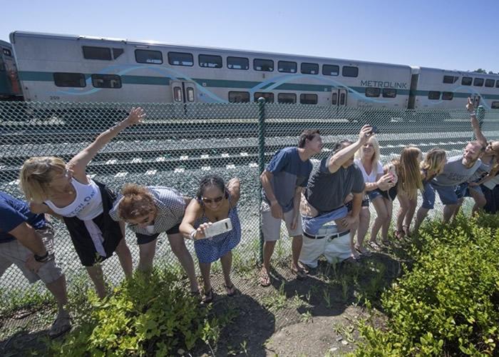 美国加州橙县小镇年度趣怪传统 脱下裤子露屁股迎火车