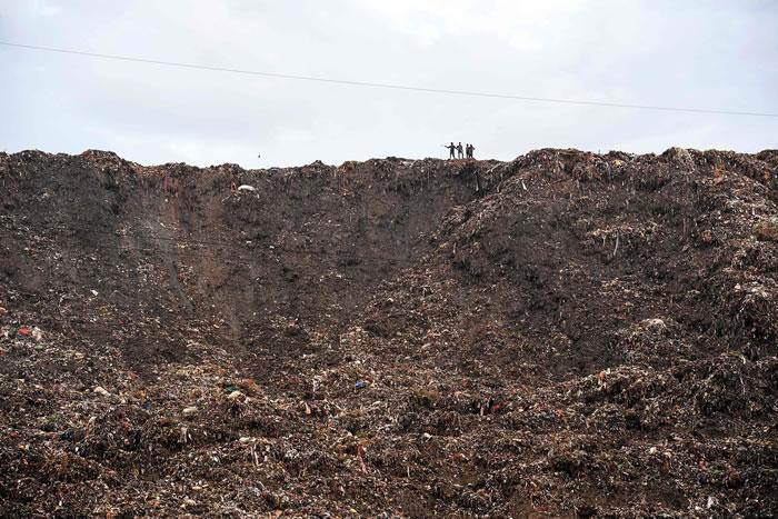 """印度新德里东郊的""""加济布尔""""(Ghazipur)垃圾场高度2020年将超越世界文化遗产泰姬玛哈陵"""
