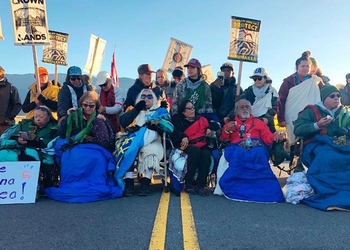美国夏威夷冒纳凯阿火山建天文望远镜争议未息 数百名示威者于山脚聚集抗议