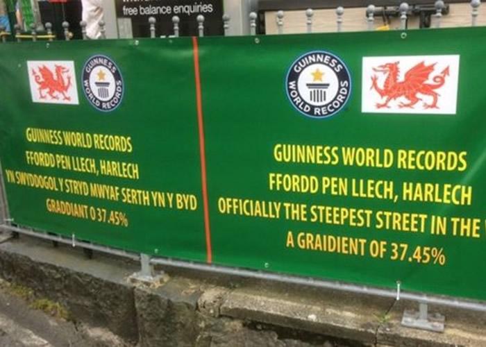 """英国威尔斯哈莱克镇""""石头街""""击败新西兰南岛达尼丁的鲍德温街赢得""""全球最斜街道""""名衔"""