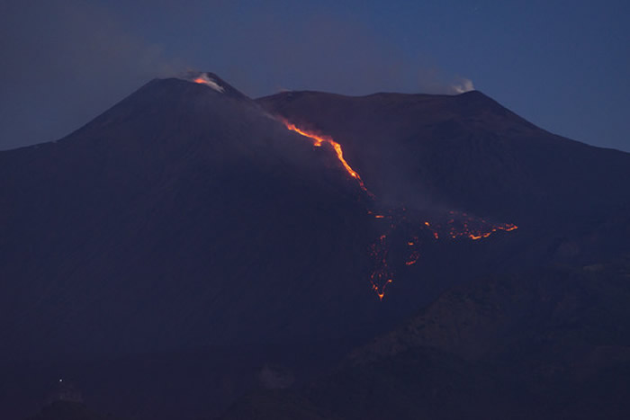 欧洲最大活火山、意大利西西里岛埃特纳火山喷发 发出爆炸声响并流出熔岩