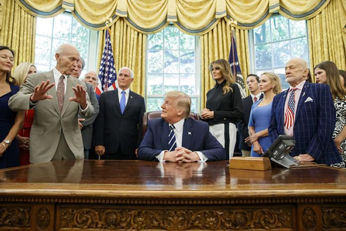 人类登月50周年:特朗普在白宫接见阿波罗11号宇航员及家属 称直接去征服火星