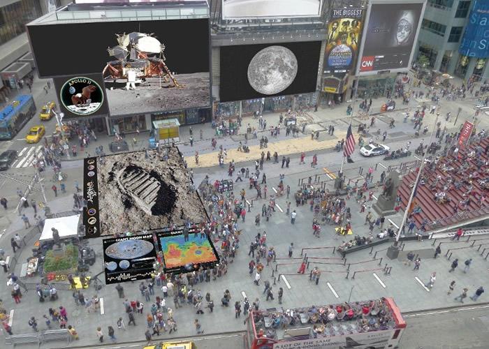 纽约时代广场多个大型屏幕播放登月短片。