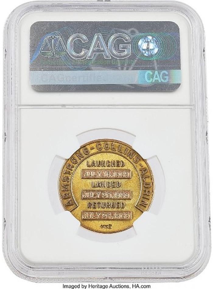 背面印有阿波罗11号的任务内容、登月小队成员的名字、和任务时间。