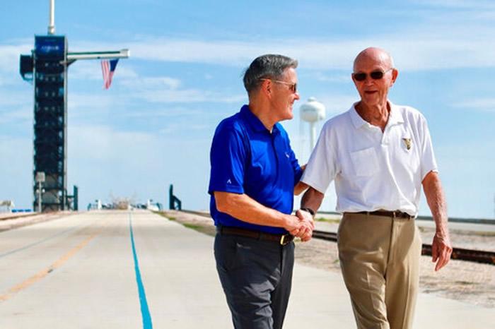 柯林斯(右)重返发射台。左为肯尼迪太空中心总监。