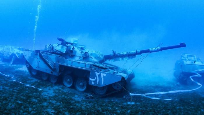 坦克沉在海底模拟作战场面。