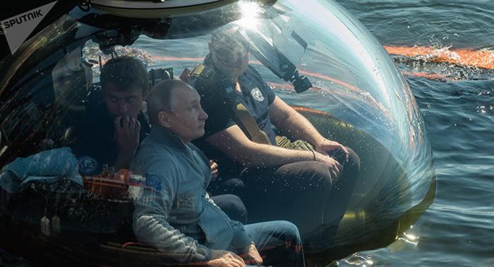 """俄罗斯总统普京乘坐""""C-Explorer 3.11""""型深海潜水器考察二战沉没的""""S-308谢姆加""""号潜艇"""