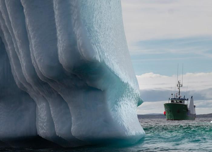 巍峨冰川下,人类显得渺小。