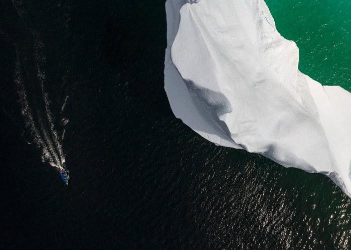 """观光船带着游客""""追踪""""冰山。"""