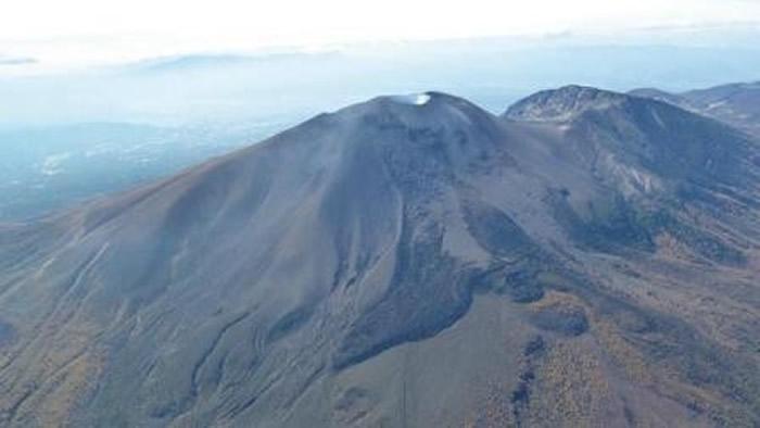 日本位于长野县和群马县交界处的浅间山活火山喷发