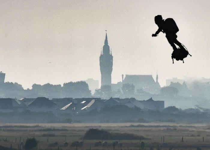 法国发明家萨帕塔无惧首飞失败堕海 乘飞天滑板飞越英伦海峡抵达英国