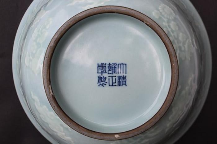 """瓷碗底下有""""大清雍正年制""""六个汉字。"""