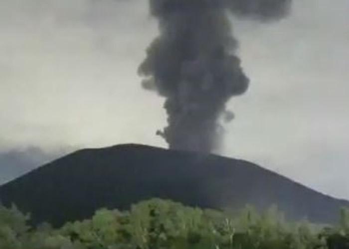 日本群马县与长野县之间的浅间山火山喷发