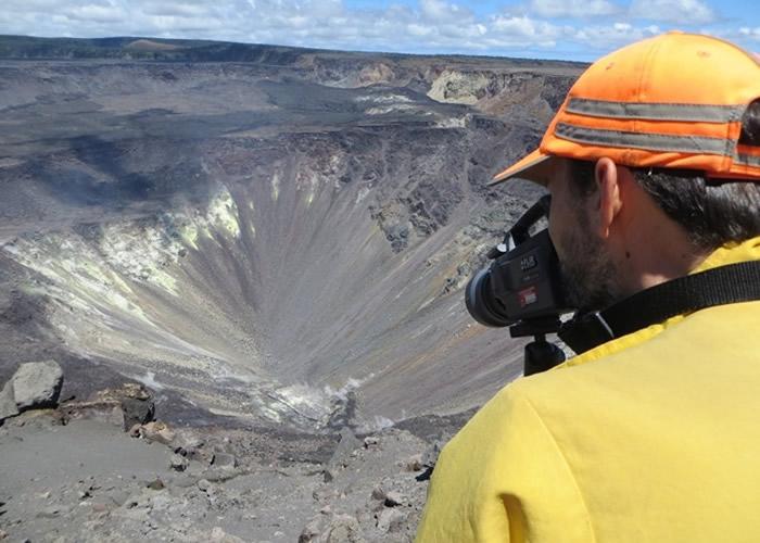 哈雷茂茂火山口出现温泉。