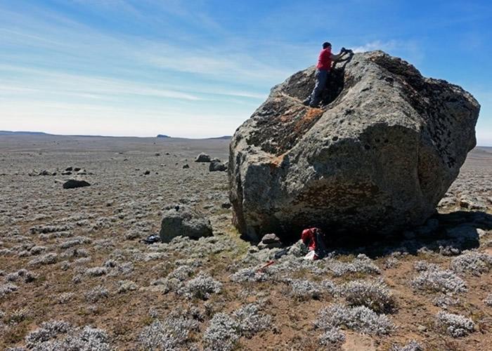 考古学家收集史前冰川的痕迹。