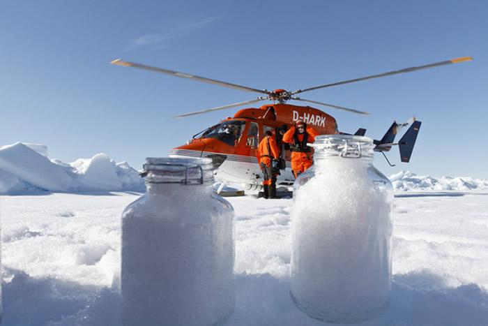 科学家采集北极冰检测塑胶微粒含量。