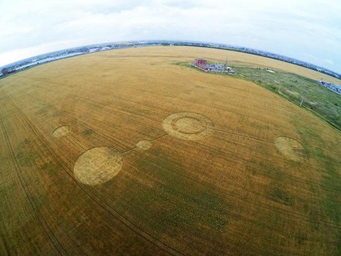 科学家坚信,不时出现在世界各地田地里的圆形、椭圆形和三角形怪圈,不是外星人造访过的痕迹。从现代科学的角度解释,大多数怪圈是地球的产物。(© 照片:AL
