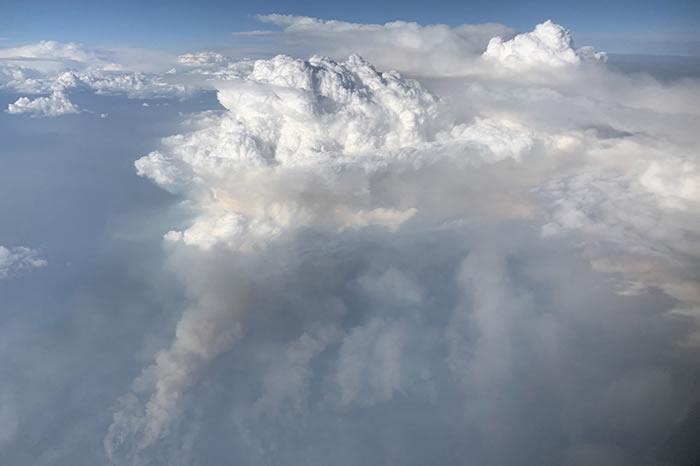 美国研究人员在飞行过程中从空中和云层内部拍摄到极其罕见的火积云照片